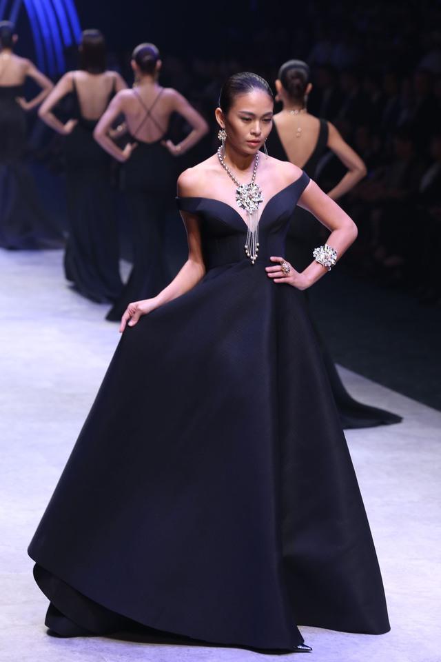 Các người mẫu trình diện bộ sưu tập trang sức lấp lánh