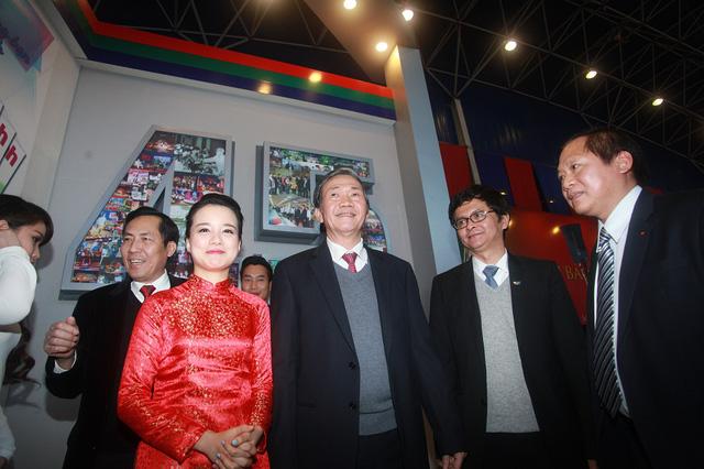 Trưởng Ban Tuyên giáo Trung ương Đinh Thế Huynh chụp ảnh cùngTổng giám đốc Đài Truyền hình Việt Nam Trần Bình Minh cùng các phóng viên, biên tập viên của Đài Truyền hình Việt Nam.