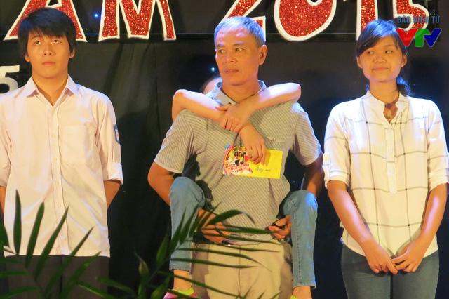 Tại đêm khai mạc, 25 suất học bổng được trao cho các tân sinh viên có hoàn cảnh khó khăn từ nhiều trường Đại học tại Hà Nội
