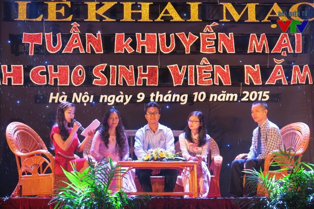 Đêm khai mạc còn diễn ra buổi Tọa đàm sinh viên với hàng Việt, giải đáp những thắc mắc cho sinh viên