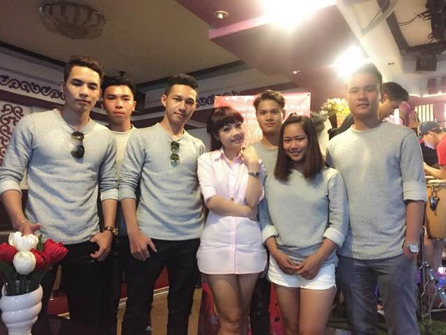 5 chàng trai và 1 cô gái của đội trường Đại học Kiến trúc Đà Nẵng chụp cùng HLV Ngọc Khuê.