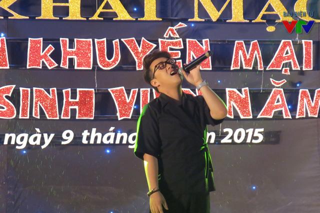 Góp mặt tại đêm khai mạc Tuần khuyến mãi hàng Việt cho sinh viên 2015, Trung Quân Idol đã làm nóng sân khấu với nhiều ca khúc quen thuộc như Chưa bao giờ, Dấu mưa, Trót yêu...
