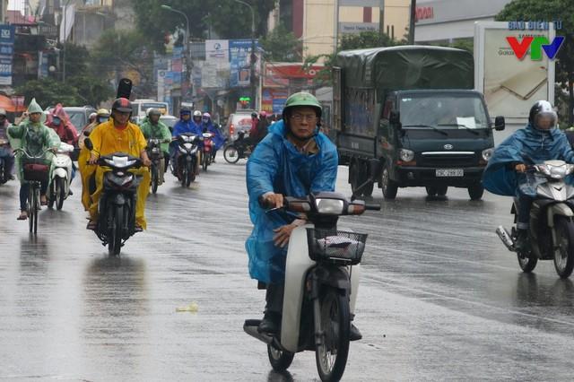 Trời lạnh còn kèm theo những cơn gió to, nhiều người cảm thấy buốt tay chân khi lái xe