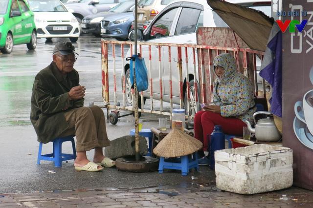 Nhiều người còn tìm đến quán nước vỉa hè để uống lý trà nóng cho ấm bụng