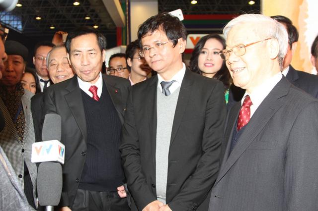 Tổng Bí thư Nguyễn Phú Trọng tham quan gian hàng của VTV