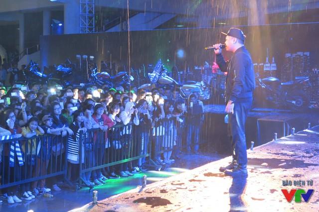 Dù trời mưa nhưng sự xuất hiện của chàng Rapper LK với nhiều ca khúc sôi động, khiến hàng nghìn bạn trẻ vỡ òa trong cảm xúc