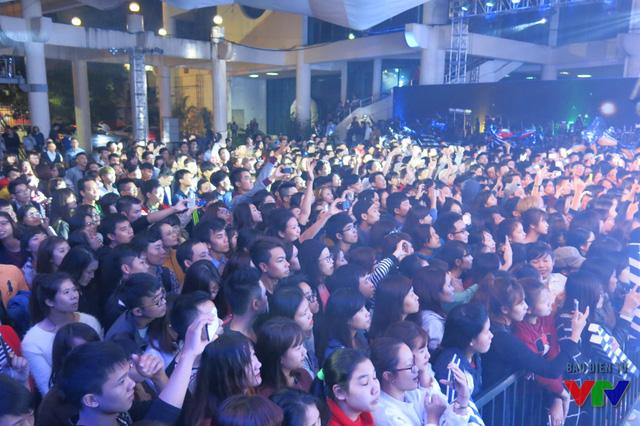 Hàng nghìn khán giả trẻ bất chấp trời mưa hò reo, hòa nhịp cùng thần tượng