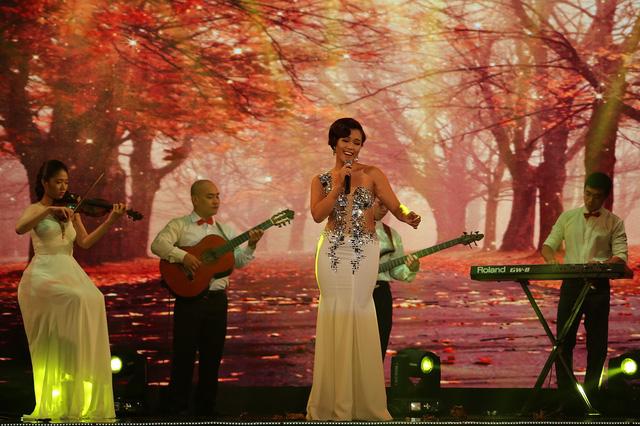 Phương Vy trong một phần trình diễn trên sân khấu Sài Gòn đêm thứ 7