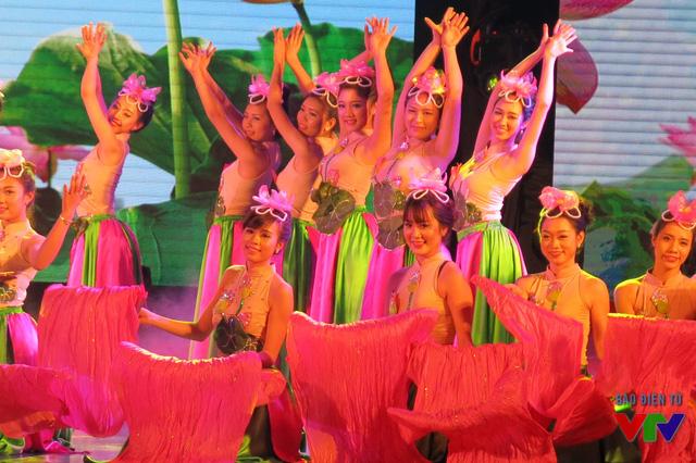 Top 30 mở màn đêm chung kết với điệu múa sen uyển chuyển