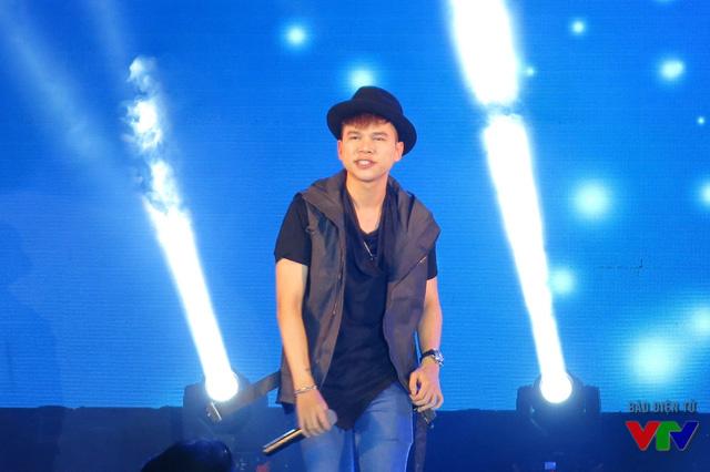 Với ca khúc Em trong mắt tôi và Dành cho em được phối lại với giai điệu sôi động, Hoàng Tôn khiến nhiều fan thích thú và hò reo không ngớt.