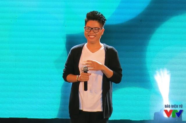 Đúc Phúc tự tin trình diễn trước hàng nghìn khán giả trong đêm thi Chung kết Hoa khôi sinh viên 2015