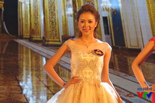 Với khuôn mặt đẹp và thanh lịch, Nguyễn Thị Huyền Giang đã xuất sắc giành ngôi vị Á khôi 1