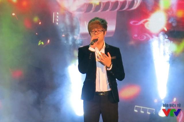 Nam ca sĩ Bùi Anh Tuấn cũng là khách mời của chương trình. Với chất giọng cao vút, anh khiến tất cả khán giả trong khán phòng choáng ngợp