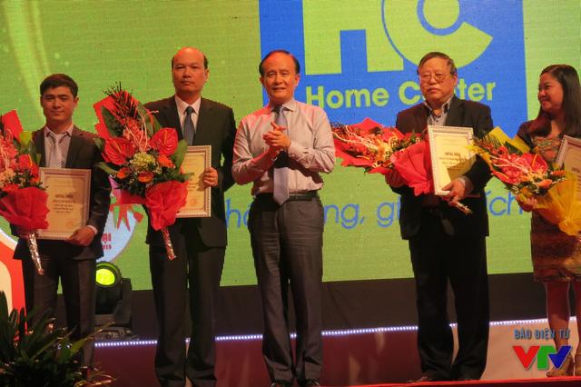 Ông Nguyễn Ngọc Tuấn - Phó chủ tịch UBND TP. Hà Nội trao hoa và giấy chứng nhận cho các nhà tài trợ