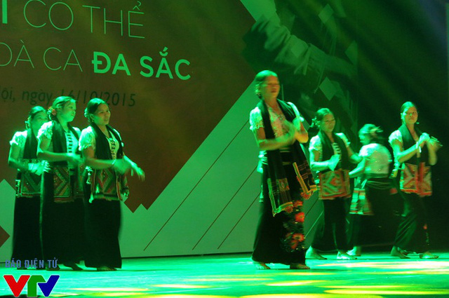 Tiết mục múa Chiếc khăn Piêu của dân tộc Thái