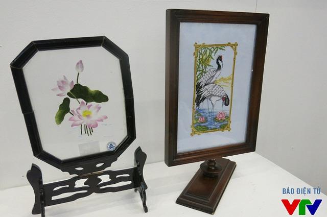 Tranh thêu hai mặt Hoa sen và Con cò của Hợp tác xã thêu may Kim Chi