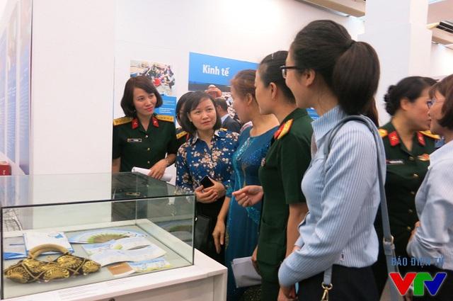 Nhiều chị em phụ nữ từ khắp các đơn vị, tỉnh thành trên cả nước tham dự buổi Khai mạc và tham quan Triển lãm