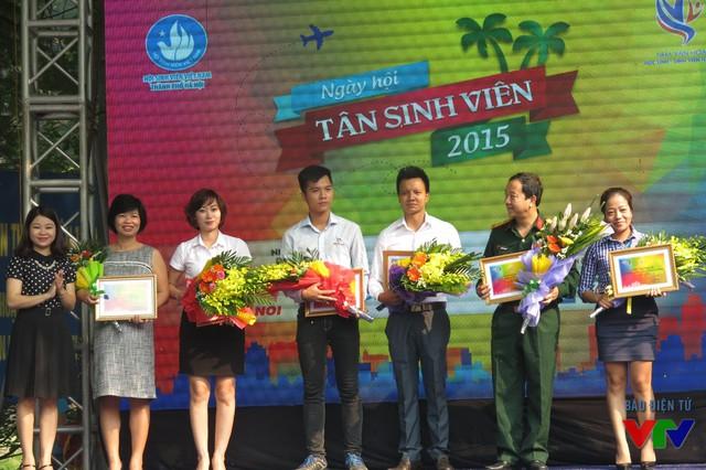 BTC trao hoa và chứng nhận cho các nhà tài trợ