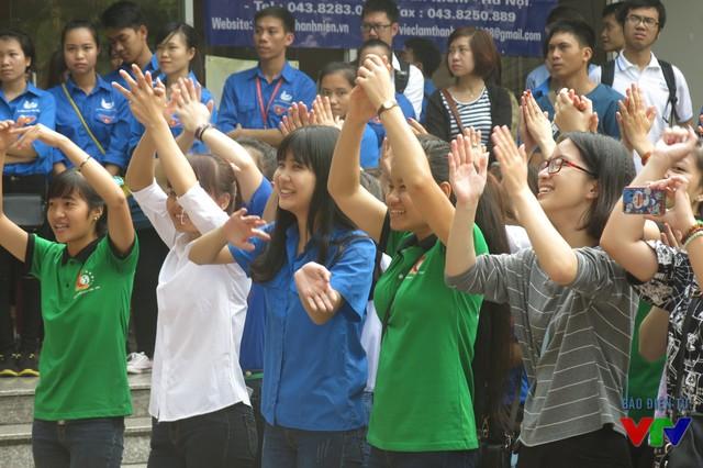 Mặc trời nắng, hàng trăm bạn trẻ nhiệt tình hòa mình cùng Ngày hội Tân sinh viên 2015 tổ chức tại Nhà Văn hóa học sinh – sinh viên