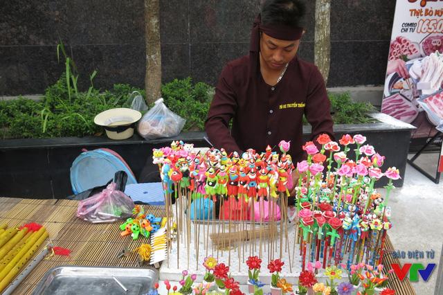Trong một khung cảnh mang màu sắc hiện đại, những góc truyền thống như nặn tò he, trò chơi dân gian được đan xen cùng vẽ hena hay tạo hình bóng.