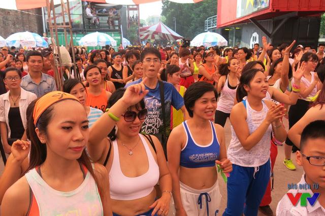 Hàng nghìn người nhún nhảy theo vũ điệu Zumba sôi động