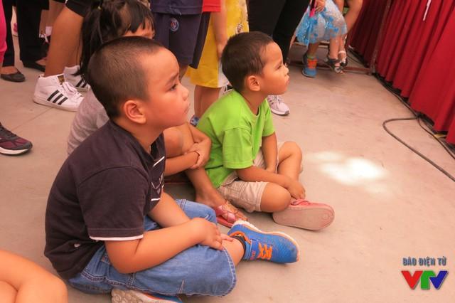 Không chỉ thu hút người lớn mà các khán giả nhỏ tuổi cũng chăm chứ xem các mẹ biểu diễn
