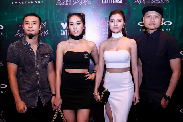 Emily và Hạnh Sino (giữa) cùng các thành viên trong nhóm.