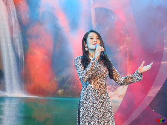 Ca sĩ Minh Thu thể hiện ca khúc Khát vọng của nhạc sĩ Phạm Minh Tuấn.