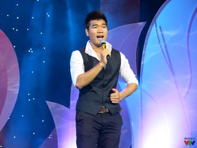 Ca sĩ Tạ Quang Thắng cũng mang đến chương trình một ca khúc ý nghĩa Sống như những đóa hoa.