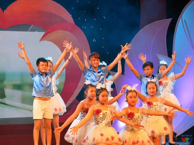 Tốp ca thiếu nhi Nhà hát Tuổi trẻ trong ca khúc Thắm tình nhân ái của nhạc sĩ Trương Quang Lục.