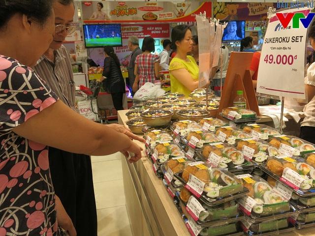 Tại tầng 1, nhiều món ăn Nhật bản như cơm cuộn, sushi, sashimi...được giới thiệu với mức giá vừa phải