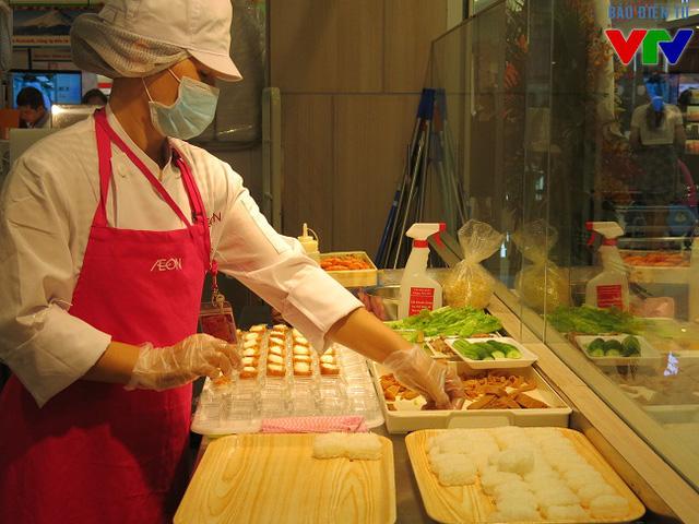 Các công đoạn chế biến món ăn được thao tác ngay tại quầy trước sự chứng kiến của khách
