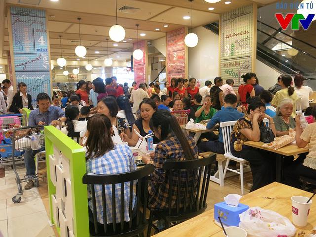 Mua đồ và thanh toán tại quầy, khách hàng có thể thưởng thức ngay tại khu vực ăn uống với sức chứa 150 chỗ ngồi