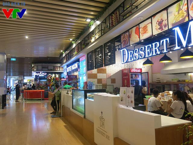 Cạnh Ngon phố cổ kính, xưa cũ là không gian ăn uống hiện đại với nhiều món ăn đến từ các nước khác nhau