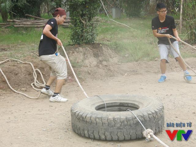 Kéo bánh xe là thử thách tốn khá nhiều sức của các vận động viên.