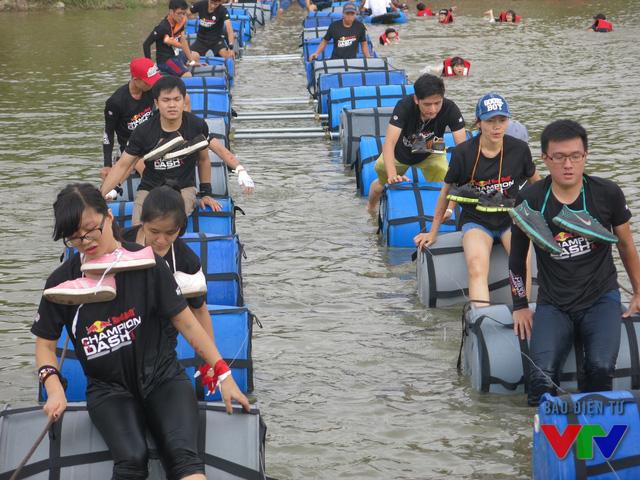 Để tránh không làm giày ướt, vận động viên đều chọn cách buộc giày lên cổ và lội nước qua bên kia sông.