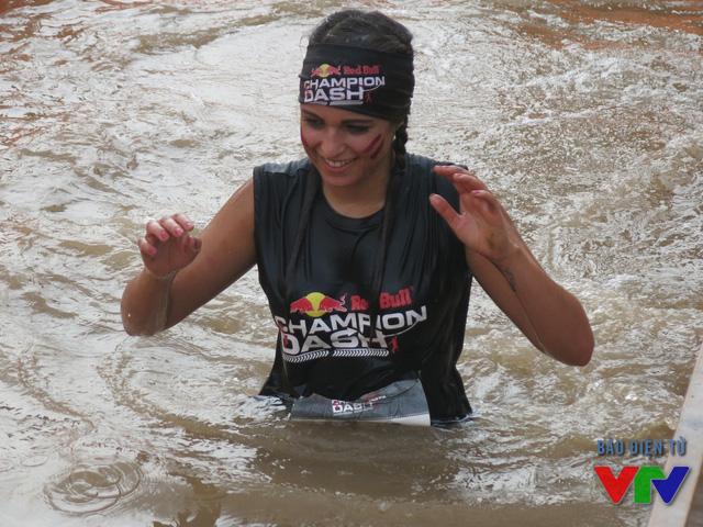 Nhiều vận động viên thất bại ở chặng đua thăng bằng qua hố nước.