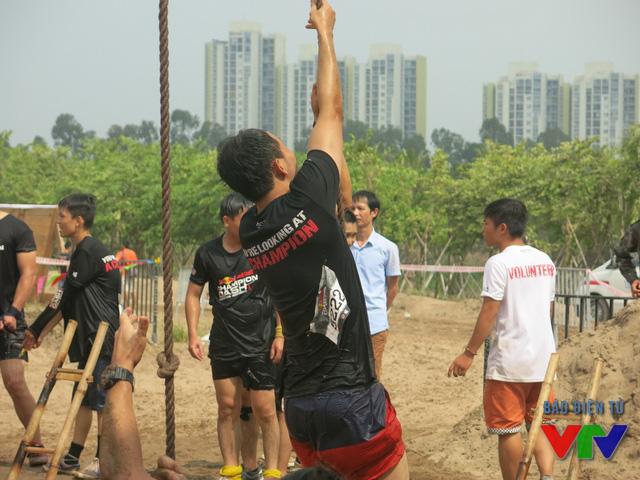 Leo dây thừng rung chuông cũng là một thử thách khiến nhiều vận động viên bỏ cuộc.