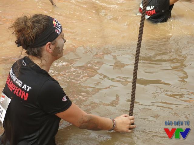 Để về đích các vận động viên phải vượt qua rất nhiều chặng đua đầy thử thách.