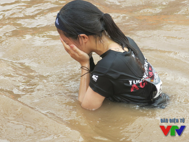 Đu người vượt sông là một thách thức cực kỳ khó khăn với các bạn nữ, hầu hết đều phải bỏ cuộc hoặc thất bại ở thử thách này.