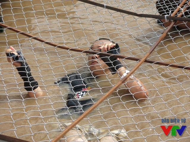 Các thử thách đầy khó khăn nhưng không hề làm khó các vận động viên như : vượt khung lưới thừng, bức tường chào đón, bẫy mạng nhện, dưới làn đạn, đào thoát bằng dây, vượt đồi bùn đất, bức tường treo ngược...