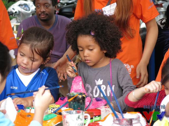 Khu vực tô tượng, tập làm thiệp Noel thu hút nhiều trẻ nhỏ.