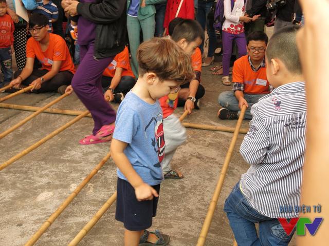 Các em nhỏ thích thú với điệu nhảy sạp truyền thống.