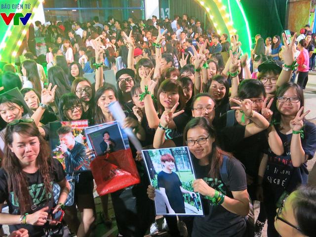 Thành viên trong đội fan hùng hậu của các ca sĩ có mặt ngoài cửa từ rất sớm.