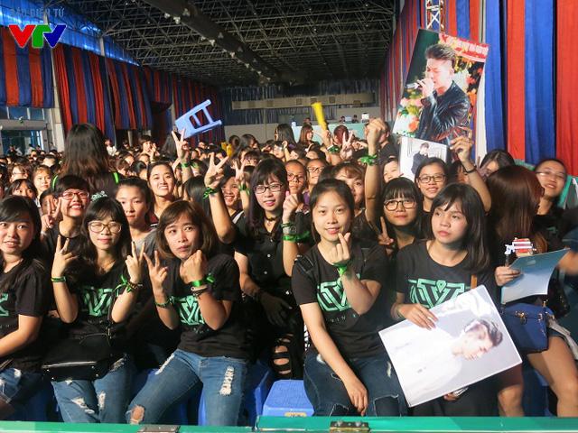 Hội trường chật kín các bạn trẻ trước giờ biểu diễn.