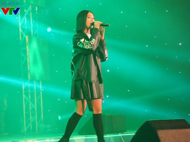Min đã mang đến cho đêm nhạc một không khí mở màn vô cùng sôi động.