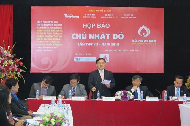 Nhà báo Lê Xuân Sơn – Tổng Biên tập báo Tiền Phong, Trưởng Ban tổ chức Chủ Nhật Đỏ 2015 phát biểu trong buổi họp báo.