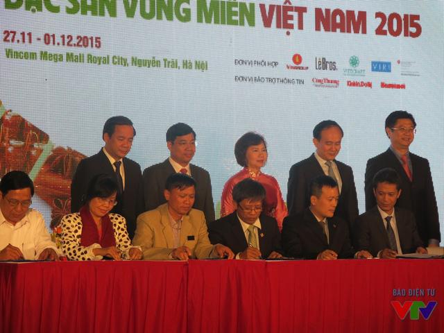 Đại diện các doanh nghiệp tỉnh ký cam kết.