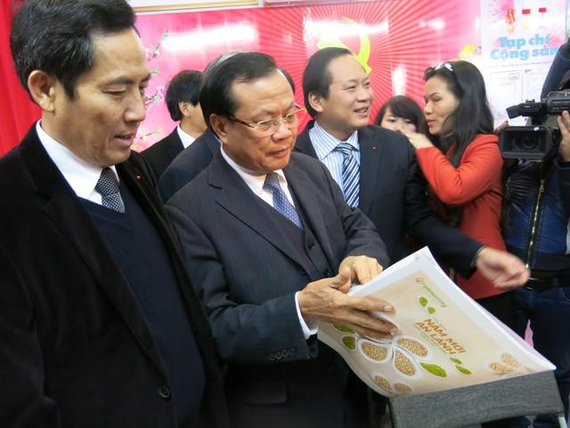 Bí thư Thành ủy Hà Nội Phạm Quang Nghị đến thăm các gian hàng trưng bày của các cơ quan báo chí tại Hội báo Xuân Ất Mùi 2015