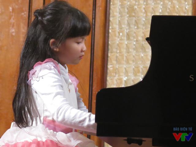 Dù chỉ mới 5 tuổi nhưng bé Đào Mai Phương Linh rất tự tin thể hiện tài năng chơi đàn của mình.